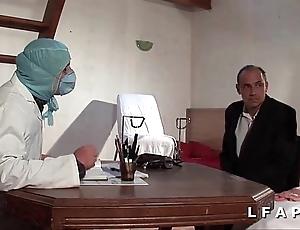 La vieille mariee se fait defoncee le cul chez le gyneco en triptych avec le mari